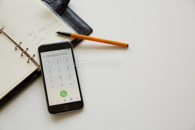 手帳とスマートフォンの写真素材 [FYI01461553]