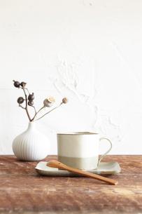 ドライフラワーとコーヒーの写真素材 [FYI01461554]