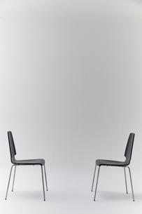 白背景に2脚の黒い椅子の写真素材 [FYI01461560]