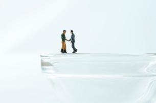 握手をするビジネスマンと生産者の写真素材 [FYI01461564]