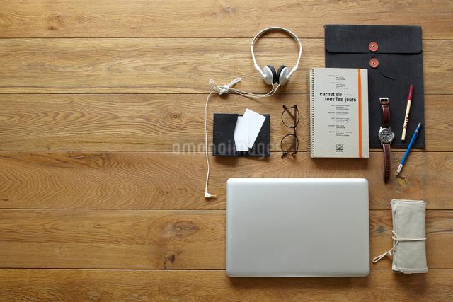 ノートパソコンとビジネス小物の写真素材 [FYI01461567]
