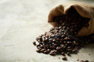 麻袋に入ったコーヒー豆の写真素材 [FYI01461568]