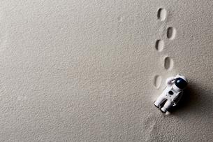 砂とおもちゃの飛行士の写真素材 [FYI01461570]