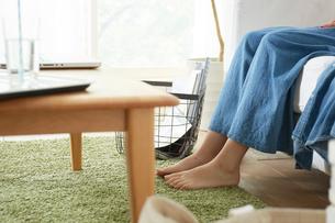 リビングでくつろぐ女性の足の写真素材 [FYI01461577]