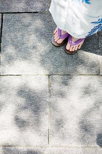 石畳と浴衣の女性の写真素材 [FYI01461583]