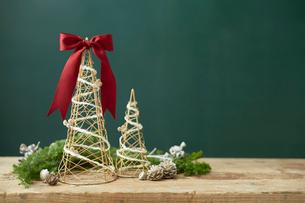 クリスマスオブジェと白く塗られたマツボックリの写真素材 [FYI01461590]