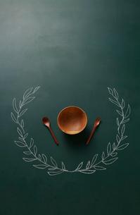 黒板に描いた植物の飾りとお皿のイラスト素材 [FYI01461594]