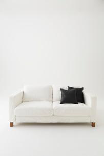 白背景に白いソファと黒いクッションの写真素材 [FYI01461609]