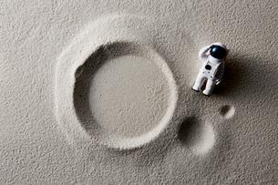 砂とおもちゃの飛行士の写真素材 [FYI01461613]