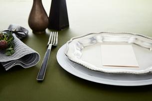 テーブルの上でセッティングされた皿とカトラリーの写真素材 [FYI01461626]