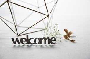 ウェルカム文字と小花やアイアンの飾りの写真素材 [FYI01461627]