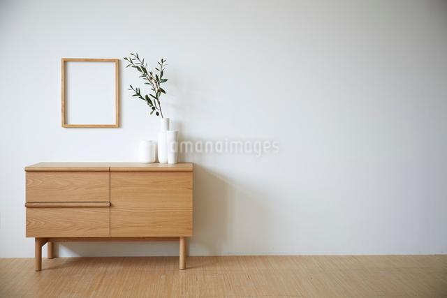 チェスト上の白い花瓶と白木のフレームの写真素材 [FYI01461628]