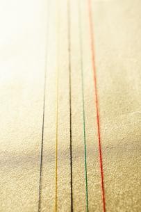 金色の和紙の上にある五色の水引の写真素材 [FYI01461637]
