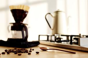 キッチンでコーヒーを淹れるの写真素材 [FYI01461644]