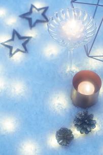 キラキラ輝く複数のクリスマス小物の写真素材 [FYI01461662]