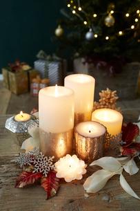 複数のキャンドルとクリスマス飾りの写真素材 [FYI01461663]