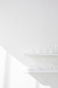 白い棚の上に並べられた複数のガラス製品の写真素材 [FYI01461674]