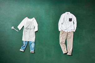 黒板の上に置いた男女の衣類を俯瞰に見るの写真素材 [FYI01461675]