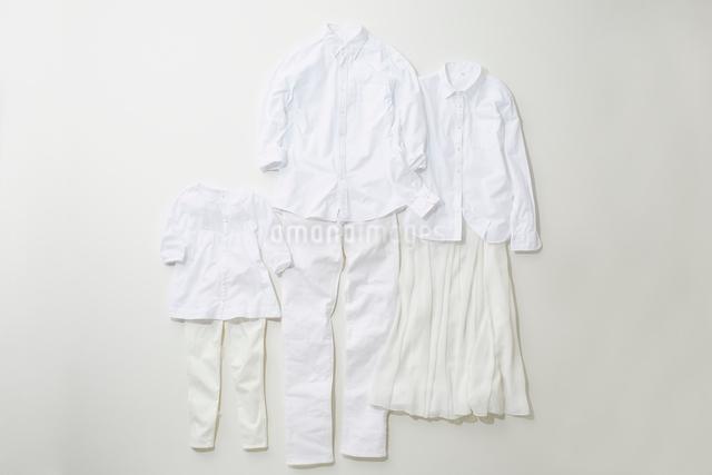白色でコーディネートされた大人と子供の服の写真素材 [FYI01461677]