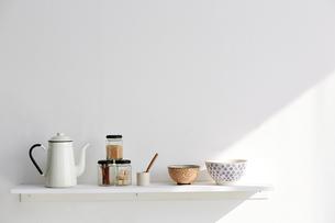 白い棚の上に並べられたキッチングッズの写真素材 [FYI01461681]