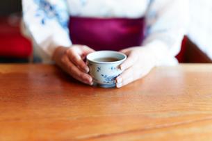 お茶を飲む浴衣の女性の手元の写真素材 [FYI01461683]