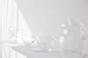 白い棚の上に並べられた複数のガラス製品の写真素材 [FYI01461694]