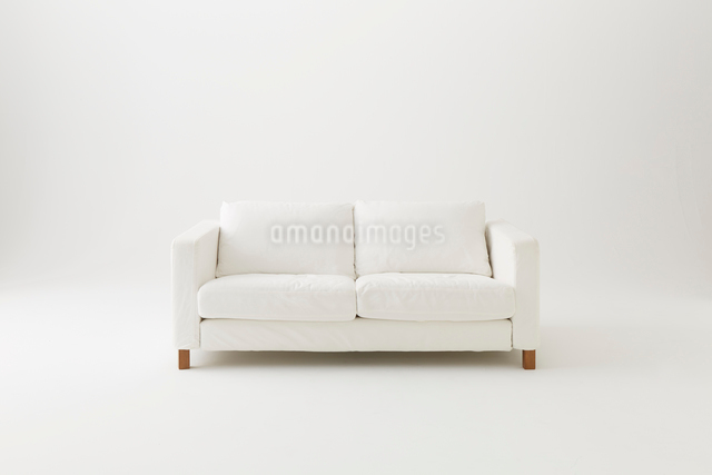白背景に白いソファの写真素材 [FYI01461701]