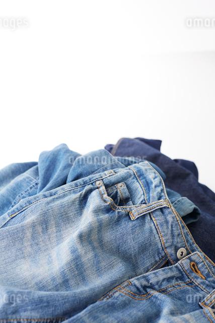 無造作に積まれたジーンズの写真素材 [FYI01461702]