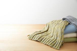 折り重なったセーターとマフラーの写真素材 [FYI01461714]