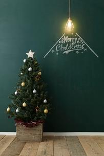 クリスマスツリーとペンダントライトと黒板に描かれた文字の写真素材 [FYI01461726]