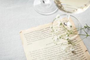 グラスの白ワインとメッセージの写真素材 [FYI01461740]