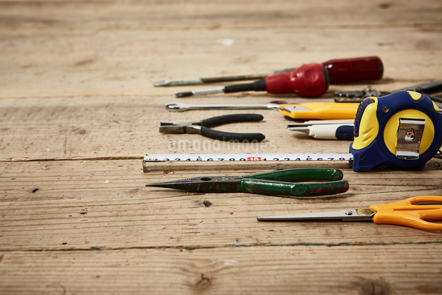 床の上に並べられた工具の写真素材 [FYI01461754]