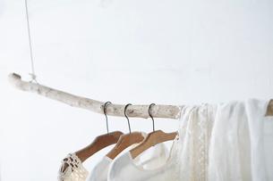 木の棒に吊り下がった白い服の写真素材 [FYI01461770]