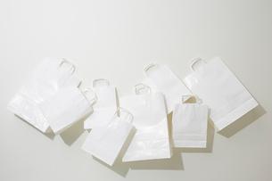 並べられた複数の白い紙袋の写真素材 [FYI01461771]