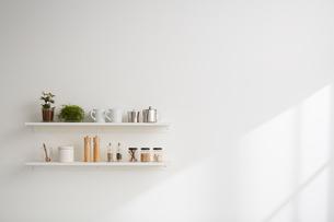 キッチン用品の置かれた棚の写真素材 [FYI01461777]