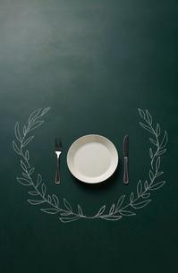 黒板に描いた植物の飾りとお皿のイラスト素材 [FYI01461798]