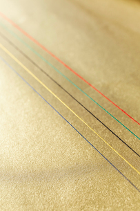 金色の和紙の上にある五色の水引の写真素材 [FYI01461799]