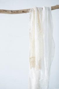 木の棒にかかった白い布の写真素材 [FYI01461807]