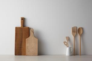 白い空間とキッチン雑貨の写真素材 [FYI01461811]
