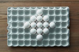 卵パックに並べられた卵のひし形の写真素材 [FYI01461819]