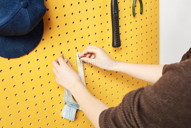 ハケを掛ける女性の写真素材 [FYI01461821]
