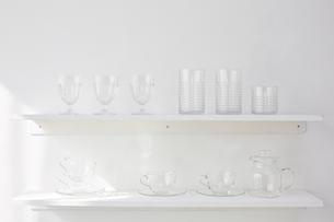 白い棚の上に並べられた複数のガラス製品の写真素材 [FYI01461823]