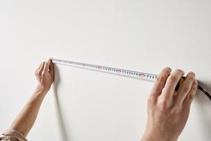 スケールで長さを測る男性の手の写真素材 [FYI01461825]