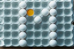 卵パックに並べられた卵の「M」の写真素材 [FYI01461829]