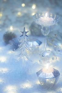 キラキラ輝く複数のクリスマス小物の写真素材 [FYI01461832]