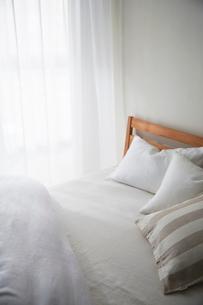 明るい光の入ったナチュラルなベッドルームの写真素材 [FYI01461847]