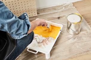 有孔パネルを塗る男性の写真素材 [FYI01461850]