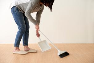 床掃除をする女性の写真素材 [FYI01461860]