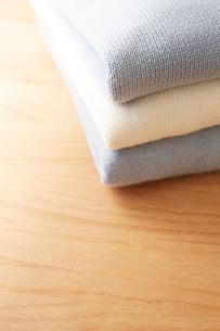 畳んで積んであるセーターの写真素材 [FYI01461865]
