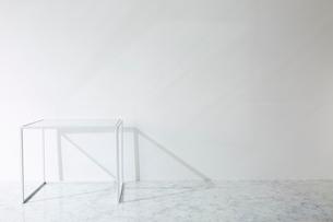 壁と大理石の床とテーブルの写真素材 [FYI01461870]